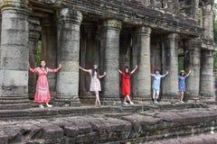 Kvinnor som poserar på den forntida Preah Khan templet i Angkor, Cambodja Arkivbilder