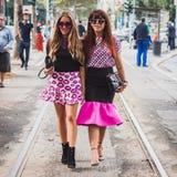 Kvinnor som poserar utvändiga Gucci modeshower som bygger för Milans Womens modeveckan 2014 Royaltyfria Bilder