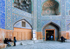 Kvinnor som pratar längs de gamla väggarna av moskén för Imam (schah) royaltyfri foto
