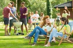 Kvinnor som pratar på ett trädgårds- parti royaltyfria foton