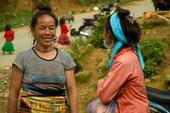 Kvinnor som pratar under förälskelsemarknadsfestival Royaltyfria Foton