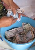 Kvinnor som räknar pengar i microfinancemöten Royaltyfri Foto