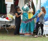 Kvinnor som reparationr den indiska klänningen Arkivfoto