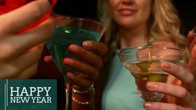 Kvinnor som rostar martini exponeringsglas på helgdagsaftonen för nytt år 4k stock video