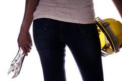 Kvinnor som rymmer hjälmen och skiftnyckeln i hand Hantverkarehjälpmedel Royaltyfri Foto