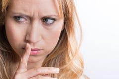 Kvinnor som rymmer kanter med henne finger Arkivbilder