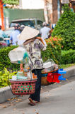Kvinnor som säljer fastfood och frukter i ottan på gatan, Hanoi, Vietnam arkivbild