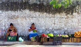 Kvinnor som säljer frukter och grönsaker Arkivbild