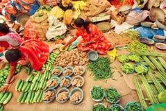 Kvinnor som säljer gröna grönsaker från jordning på bönder, marknadsför Royaltyfri Bild