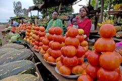 Kvinnor som säljer grönsaker på vägen Royaltyfri Bild