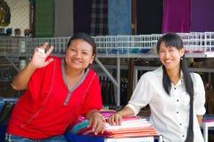 Kvinnor som säljer kläder på marknadsföra i Thailand Royaltyfria Bilder
