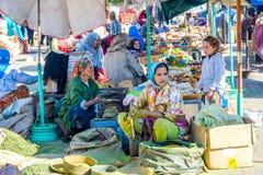 Kvinnor som säljer kryddor och grönsaken, Marrakech Royaltyfria Bilder
