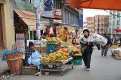 Kvinnor som säljer på gatan av La Paz royaltyfri foto