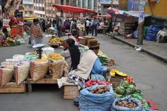 Kvinnor som säljer på gatan av La Paz royaltyfri fotografi