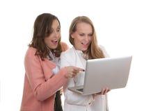 Kvinnor som ser bärbara datorn Arkivbilder
