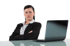Kvinnor som ser den missnöjda datoren Arkivfoton