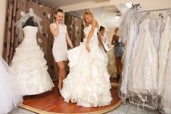 Kvinnor som shoppar för bröllopsklänning Royaltyfri Foto