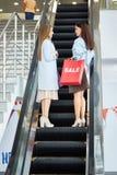 Kvinnor som shoppar för säsongen Sale Arkivbild