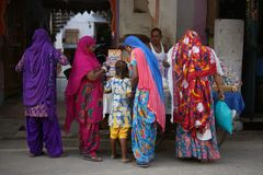 Kvinnor som shoppar i gator av Indien, Rajasthan Arkivbild