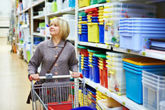 Kvinnor som shoppar i supermarket Royaltyfri Fotografi