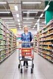 Kvinnor som shoppar i supermarket Royaltyfria Foton