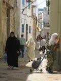 Kvinnor som shoppar på Souken. Bizerte. Tunisien royaltyfri bild