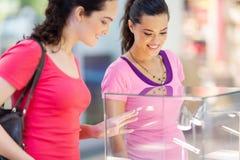 Kvinnor som shoppar smycken Arkivbild