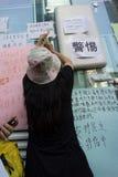 Kvinnor som skriver affischen, en gata som blockerar demonstration i 2014, Arkivbild