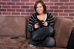 Kvinnor som spelar videospelet Arkivbild
