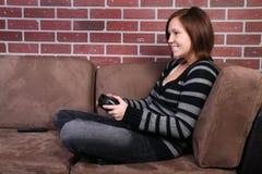Kvinnor som spelar videospelet Royaltyfria Bilder