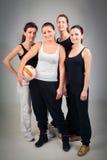 4 kvinnor som spelar volleyboll Arkivfoton