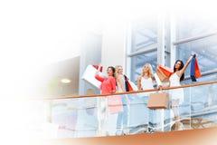 Kvinnor som står på balkong Royaltyfri Foto
