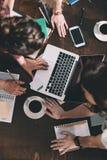 Kvinnor som studerar med böcker och bärbara datorn arkivbild