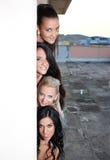 Kvinnor som syns bak väggen Royaltyfri Fotografi