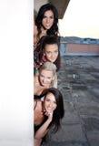 Kvinnor som syns bak väggen Royaltyfri Foto