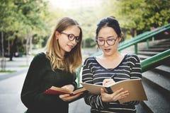 Kvinnor som talar kamratskap som studerar idékläckningbegrepp arkivbilder