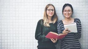 Kvinnor som talar kamratskap som studerar idékläckningbegrepp fotografering för bildbyråer