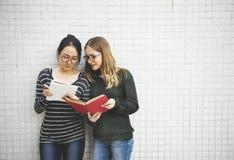Kvinnor som talar kamratskap som studerar idékläckningbegrepp Arkivfoton