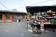 Kvinnor som talar om shopping nära loppmarknaden arkivfoto