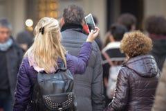 Kvinnor som tar en selfie i Florence Royaltyfri Bild