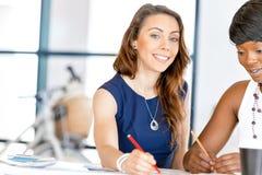 Kvinnor som tillsammans arbetar, kontorsinre Royaltyfria Bilder