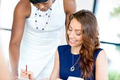 Kvinnor som tillsammans arbetar, kontorsinre Royaltyfria Foton