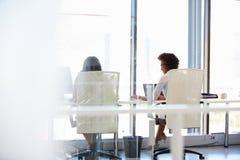 Kvinnor som tillsammans arbetar, kontorsinre arkivfoto