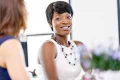 Kvinnor som tillsammans arbetar, kontorsinre arkivbilder