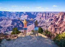 Kvinnor som tycker om koppla av tid i bergen royaltyfri foto