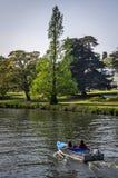 Kvinnor som tycker om solig dag på Henley på Themsen Fotografering för Bildbyråer