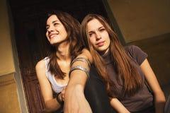 Kvinnor som ut tillsammans hänger royaltyfria foton