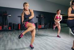 Kvinnor som utbildar boxning i en konditionmitt Arkivfoton