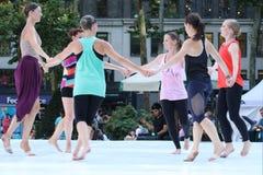 Kvinnor som utför en modern dans i Bryant Park Royaltyfri Foto