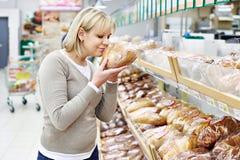 Kvinnor som väljer bröd shoppar in royaltyfri foto